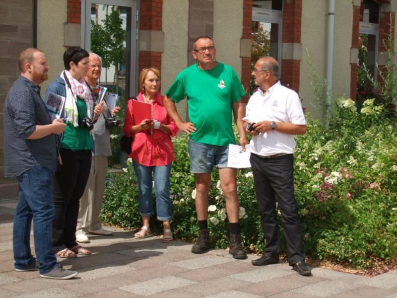 A gauche, les membres du jury régional en conversation avec la délégation locale
