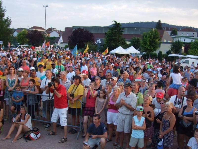 Des supporters par centaines lors de la présentation des équipes