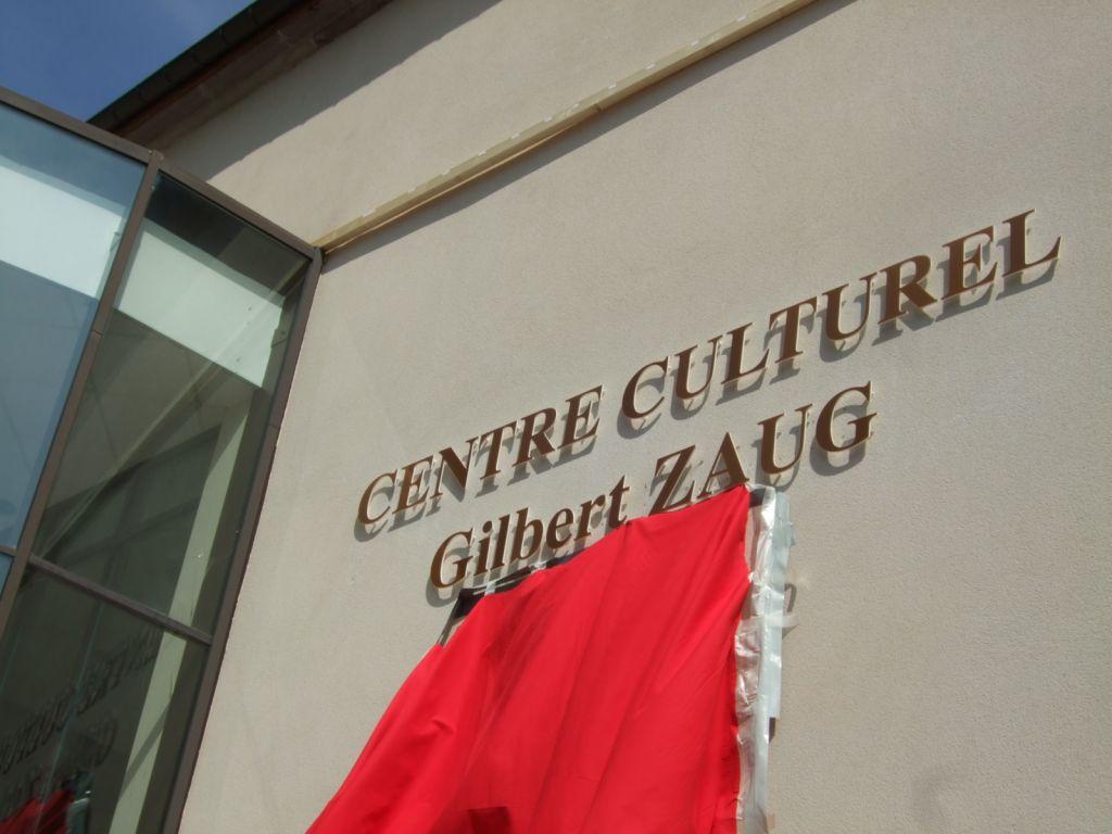 Le grand drapé rouge est descendu, le centre culturel Gilbert Zaug est officialisé
