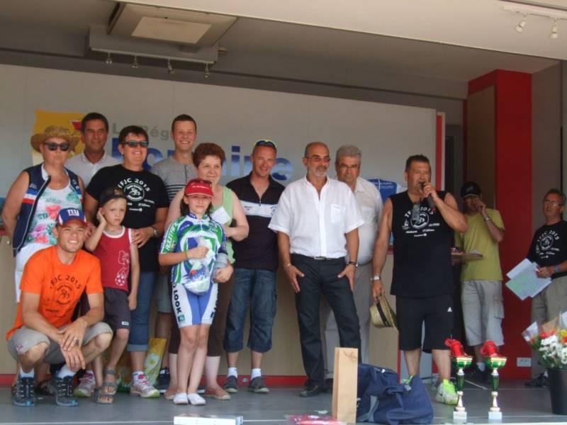 Les principaux gagnants de la tombola en compagnie du président de l'ECS et du maire Michel Demange