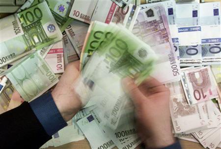 Douze personnes ont été mises en examen et cinq d'entre elles écrouées durant le week-end à Paris dans une enquête sur une escroquerie qui consiste à commercialiser des encarts publicitaires imaginaires. Les suspects sont mis en cause pour avoir spolié plusieurs centaines de personnes pour des montants globaux de plusieurs millions d'euros /Photo d'archives/REUTERS/Russell Boyce