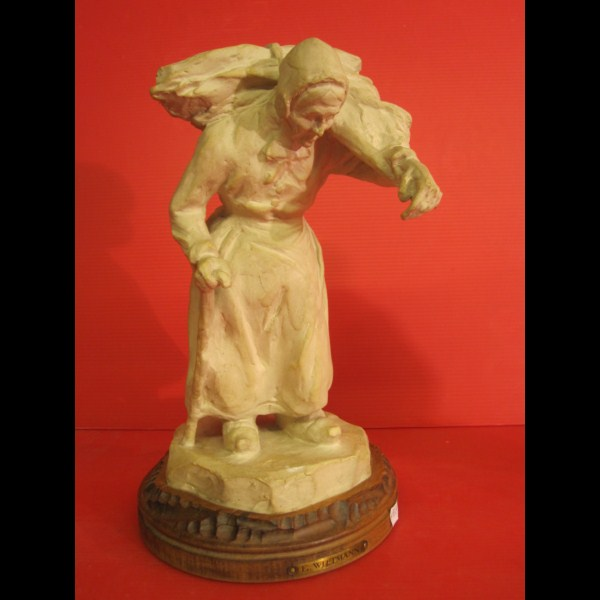 Statuette en grès de Ernest Wittmann ,  (vers 1904) la Vieille au fagot, socle en bois