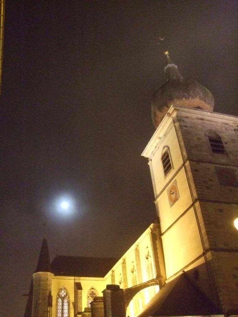 L'astre lunaire délivrait sa bienveillante lumière au dessus de l'Abbatiale
