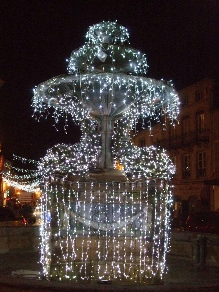 La fontaine des Dauphins, place de Lattre de Tassigny