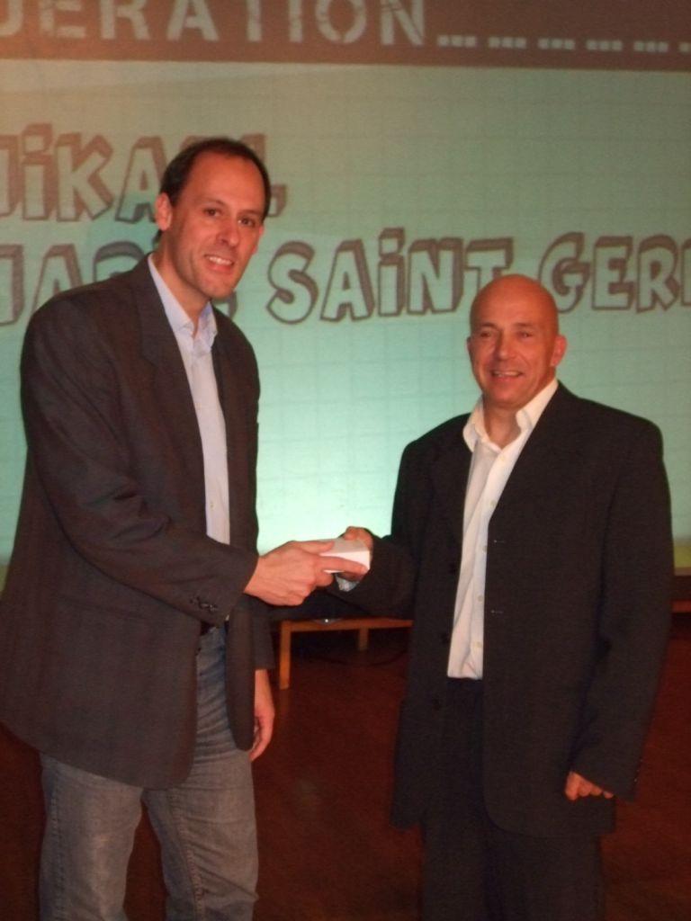 Mikaël Marie-Saint-Germain recevant la médaille de bronze de la FFA des mains de Pierre Béretta, vice-président du Comité des Vosges