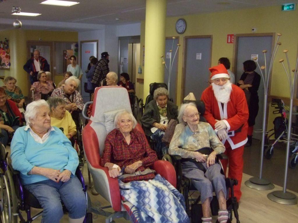 Père Noël a posé aux côtés des résidents