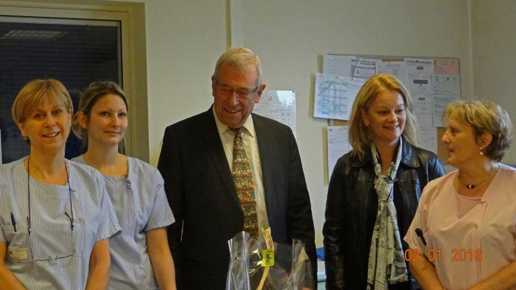Bernard Godfroy avec la directrice et le personnel de la maternité le 2 janvier 2016. Photographie d'archives.