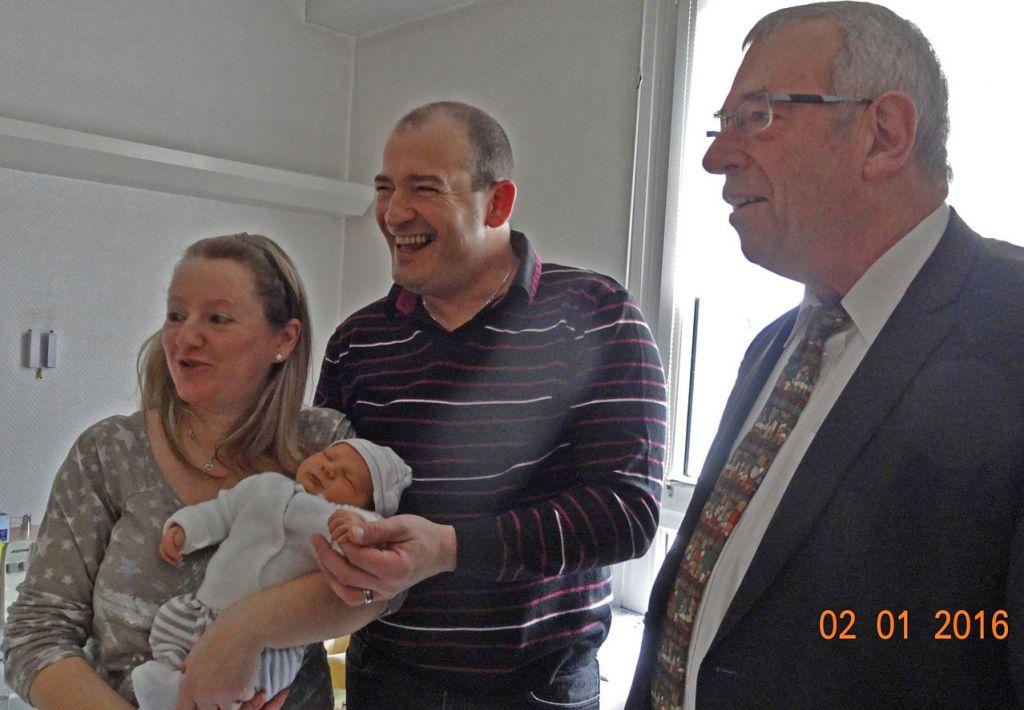 Bernard Godfroy à la maternité avec le premier bébé de l'année le 2 janvier 2016. Photographie d'archives.