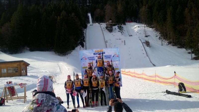 Paula Botet en tenue verte et bleue «Massif des Vosges» sur le podium des cadettes.