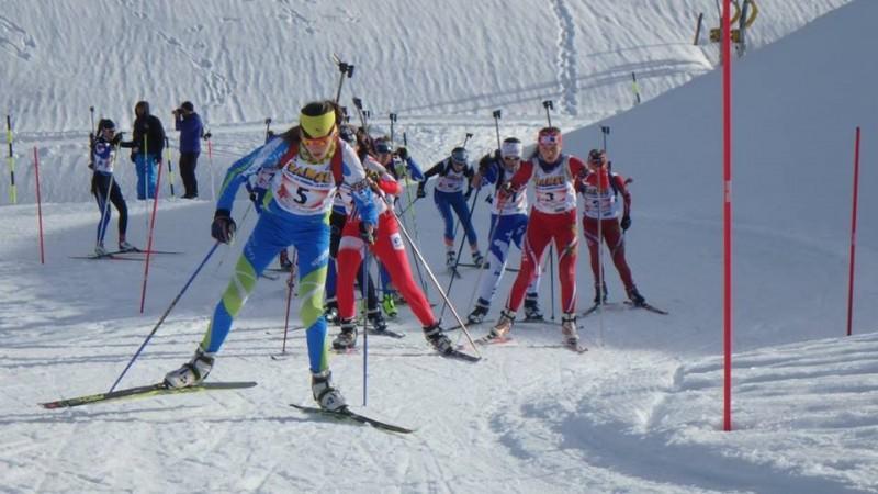 Paula Botet en tenue verte et bleue «Massif des Vosges» à la bagarre sur le relais mixte.