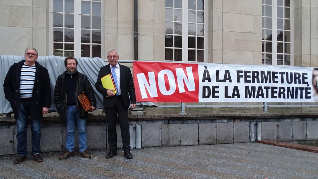 Roger Froissard, Jean Pierrel et Bernard Godfroy devant l'une des deux banderoles déployées devant l'Hôtel de ville. Photographie : Jean-Claude Olczyk.