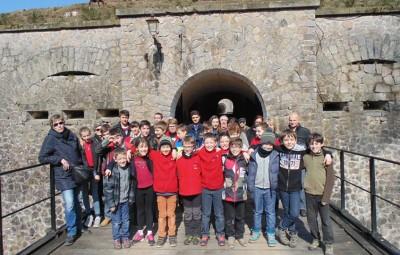 devant l'entrée du fort