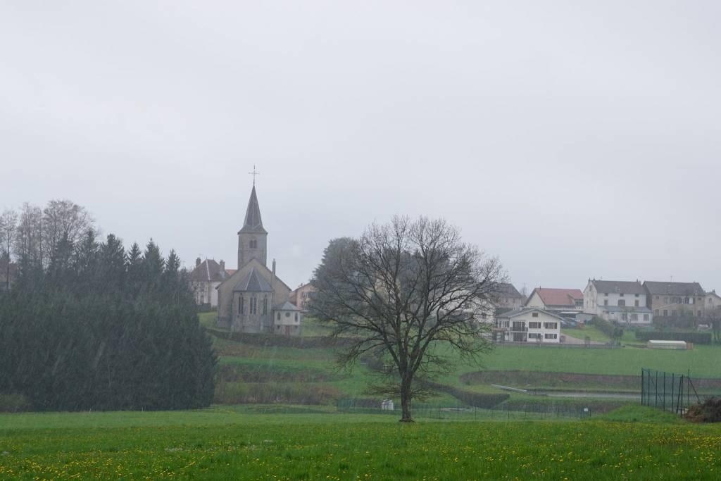 Bellefontaine sous la pluie.
