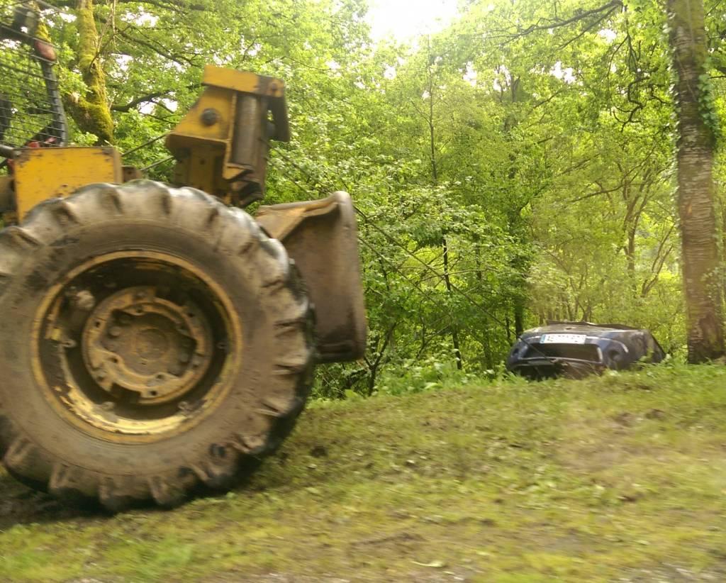 Le treuillage du véhicule a nécessité l'intervention d'un tracteur de débardage.