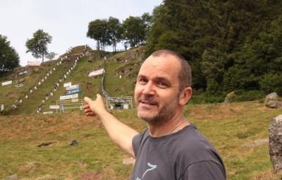 """""""Le sommet, c'est par là haut"""" indique le président Damien Antoine."""