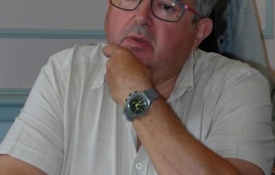 Claude Jacquel s'exprime au nom des 17 élus de la majorité qui appellent à la démission du maire Bernard Godfroy. Photographie d'archives.