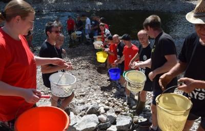 Une chaîne solidaire et symbolique d'agriculteurs, de pêcheurs locaux et de riverains qui remettent en eau le canal devenu irrémédiablement sec.