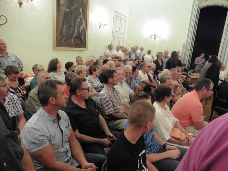Un nombreux public a assisté au conseil municipal extraordinaire du vendredi 9 septembre 2016.