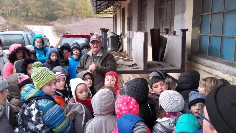 Les enfants à l'écloserie de Vecoux