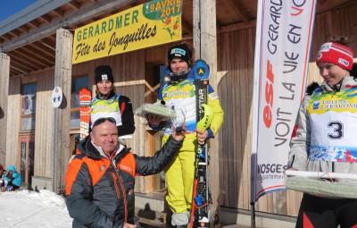Pascal Spannagel, le président du ski-club de Kruth, a remis le trophée du Markstein à Elena Stoffel. (Photographie David Jeangeorges).