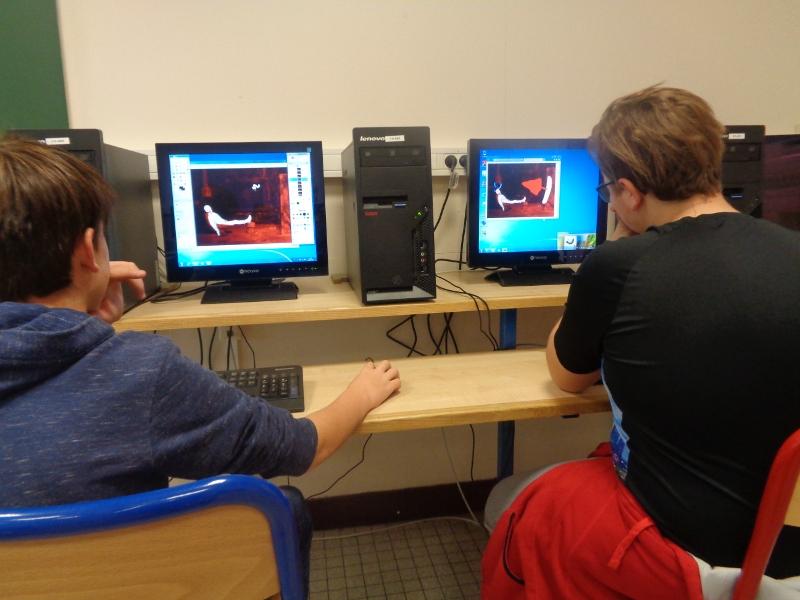 deux élèves au travail en salle informatique