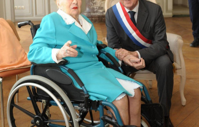 Ville d'Avray. Denis Badré, ancien maire de la commune, avec Andrée Roy, doyenne de Ville d'Avray, décédée mardi 26 à l'âge de 111 ans.