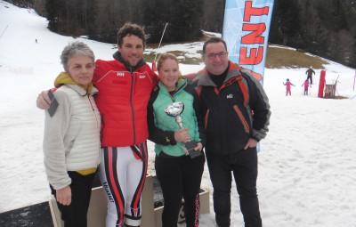 Pascale et Thibaut Leduc entourant les vainqueurs Gaëtan Kempf et Clémence Géhin.