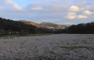 A Jarménil, les inondations ont laissé un champ de cailloux.
