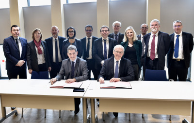Photo de groupe, signature de l'accord cadre de partenariat 2017 – 2021
