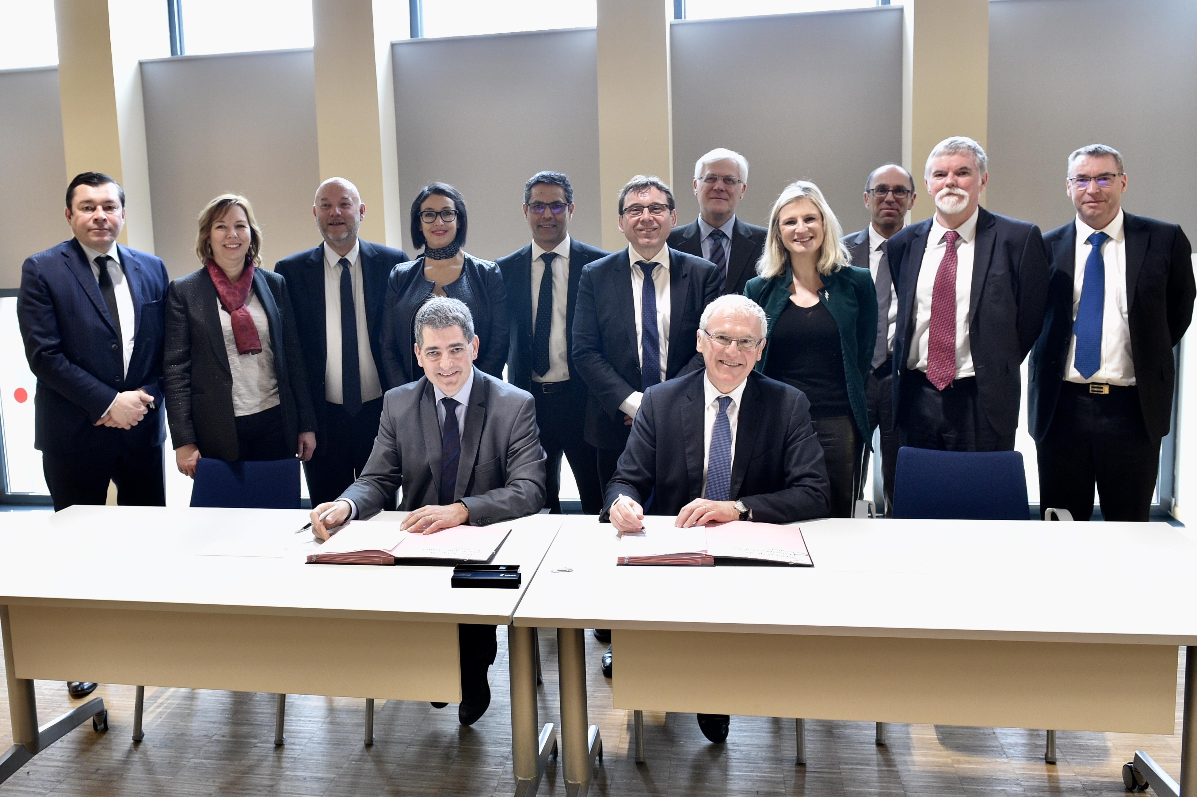 Photo de groupe, signature de l'accord cadre de partenariat 2017 – 2021