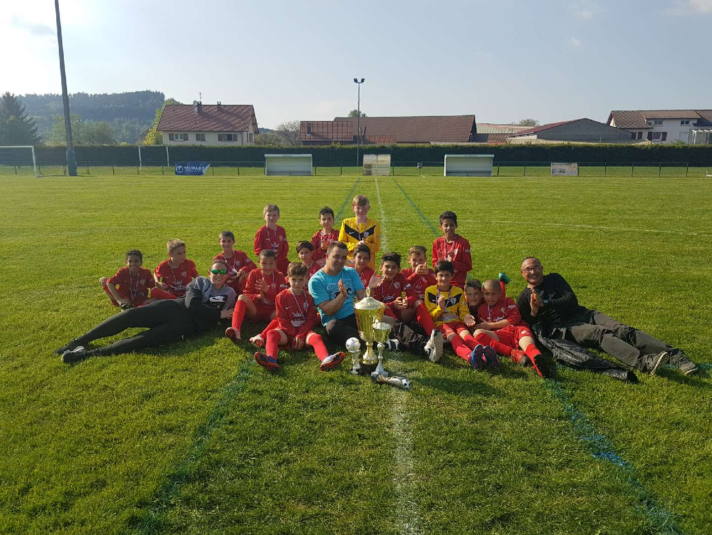 A Anould, les U13 ont remporté le tournoi tandis que les U11 ( à genoux) ont été finalistes.