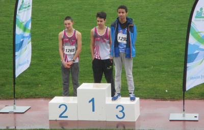 Livio Tomba -  au centre -confirme son titre régional de cross-country par un titre départemental sur 1000 mètres assorti d'un gros chrono. A côté de lui, son camarade Maxance Cagnin monte également sur le podium.