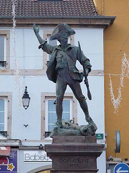 Remiremont - La statue du Volontaire