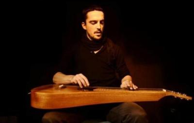 Le guitariste Olivier Gotti et sa Weissenborn