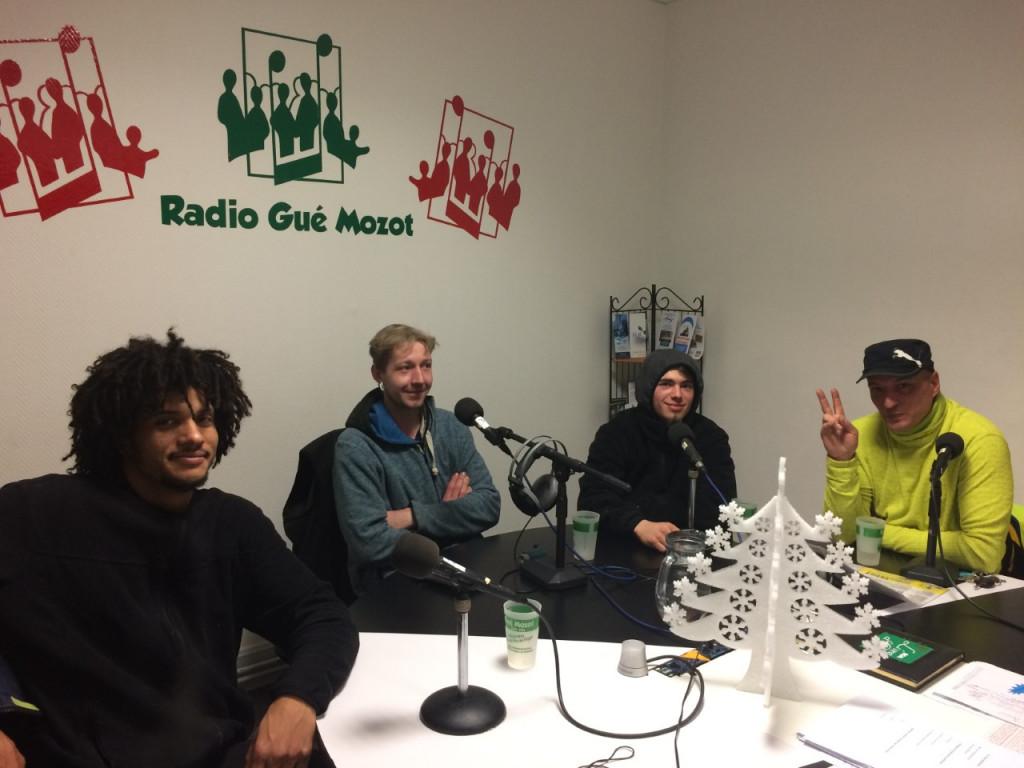 Giles Jaunes. De gauche à droite Tiff, Adrien, Thomas et Yann