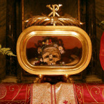 Relique de St Valentin à la basilique Santa Maria in Cosmedin, Rome.  Dnalor 01, CC BY-SA 3.0