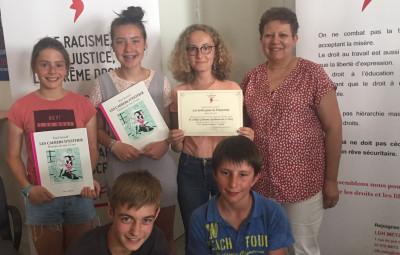 Les élèves de 5e du collège G. Apollinaire (Le Tholy) et leur professeur de musique Mme André lors de la remise de leur prix au concours de la LDH.