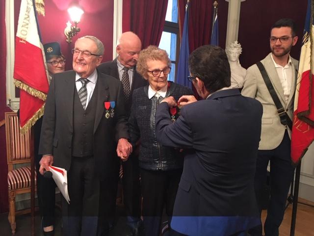 Eric Boeuf a remis de nouveau symboliquement la croix de guerre à Jacqueline Maurice