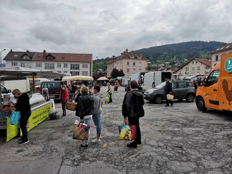 marché-de-Gérardmer-place-du-8-Mai-masques-5-800x600